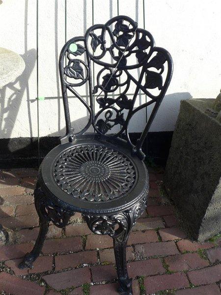 Verwonderend Bistroset, bestaande uit tafel; 2x stoel, gietijzer met TZ-78