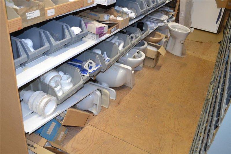 Partij diverse sanitair onderdelen op 5x legplank waaronder 6x wc