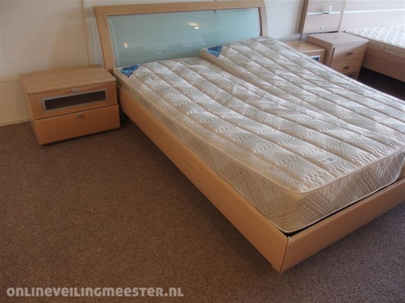 Tweepersoonsbed Met Matras : Tweepersoonsbed voorzien van matras bonell nachtkastje