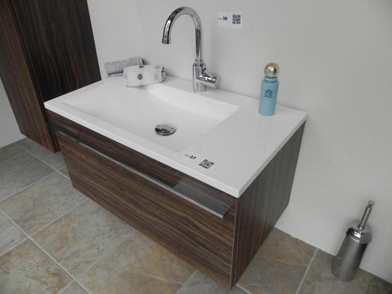 Badkamermeubel bestaande uit hoge kast wasmeubel en spiegelkast