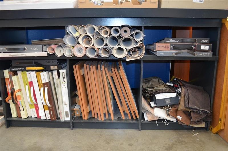 Inhoud van kast met o.a. ca. 20x behangboek, behangrestanten ...