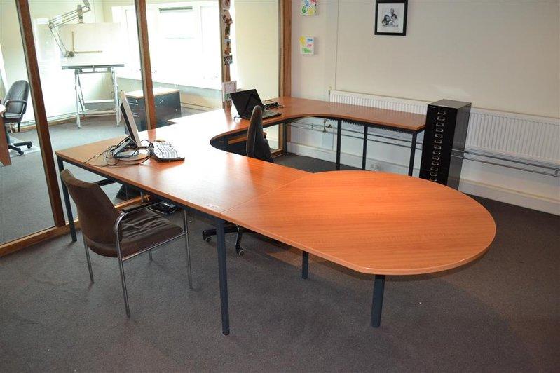 U vormige bureau opstelling ladekast bureaustoel gastenstoel