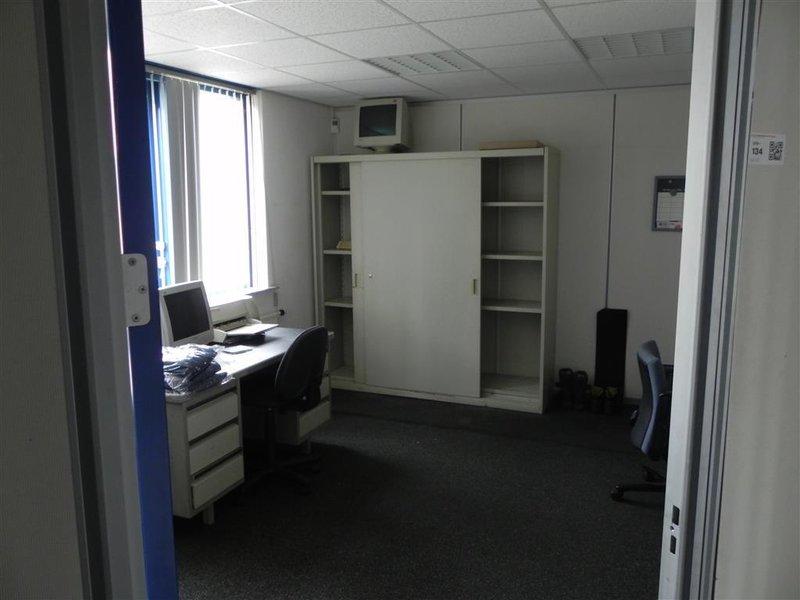 Inhoud kantoor bestaande uit: o.a. tekentafel Mutoh; 2x